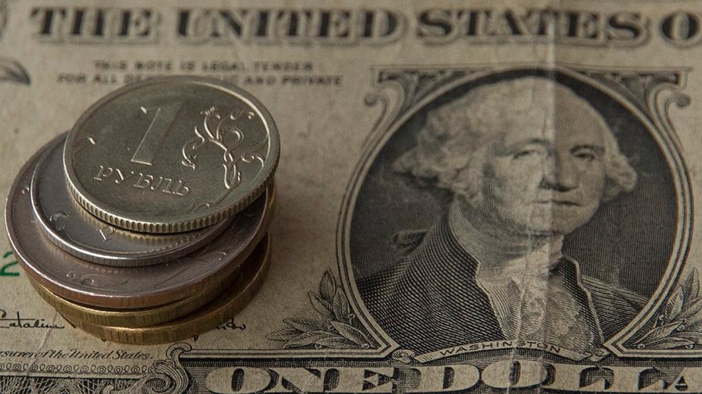 Коронавирус вызвал панику на российских рынках. Доллар и евро подорожали на 1,5 рубля