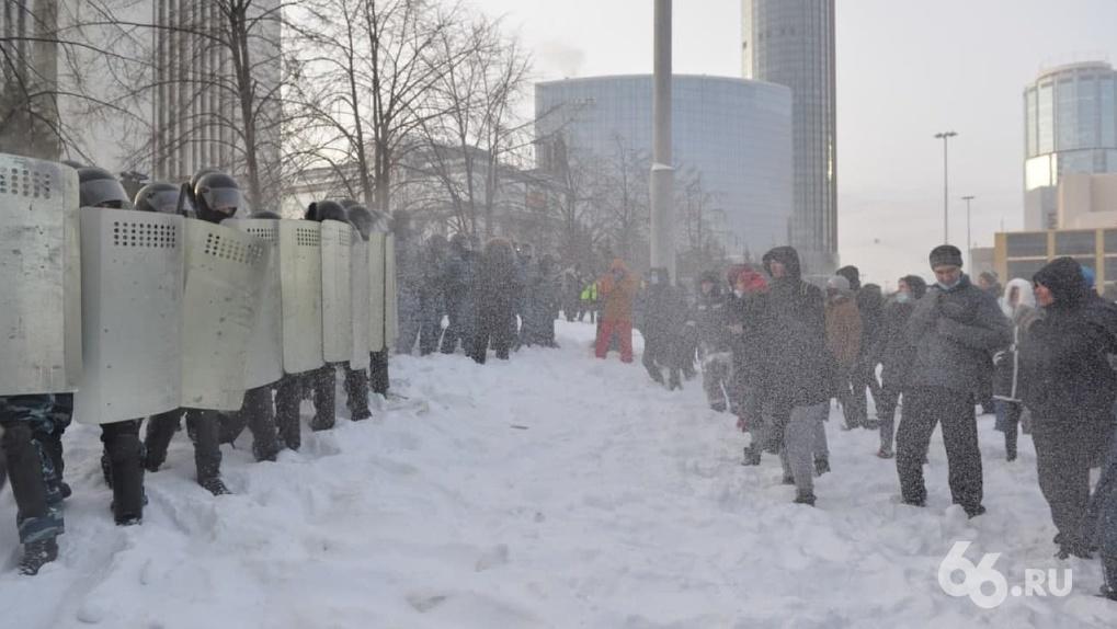 Что будет тем, кто кидал в ОМОН снежками и хватал полицейских за руки. Отвечают юристы