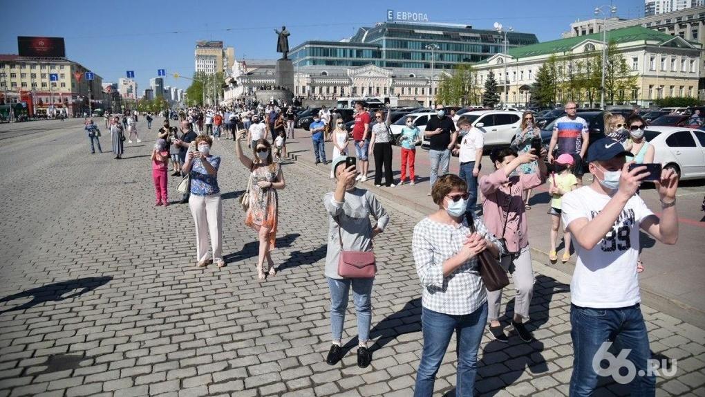 Толпы людей пришли смотреть авиапарад в центр Екатеринбурга. Фото, видео