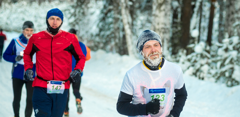 Иней на ресницах, усах и бороде: снежный фоторепортаж с массового забега под Екатеринбургом