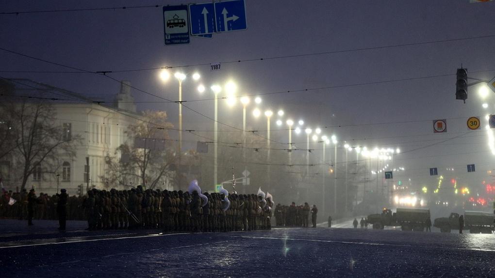 Маршировали под снегом и дождем. Мужественный фоторепортаж с первой репетиции Парада Победы