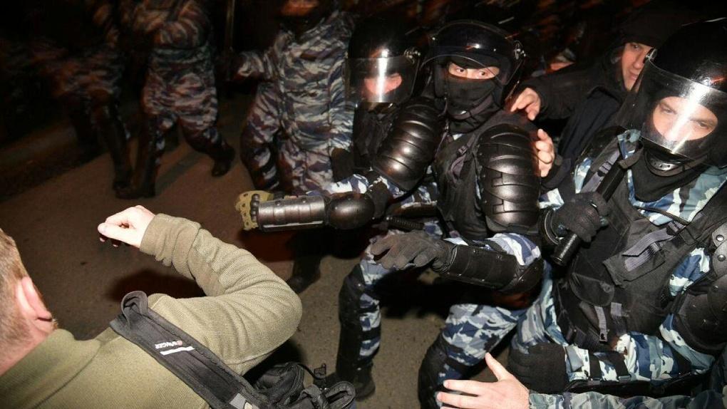 ОМОН зачистил набережную от защитников сквера у Драмтеатра. Фото