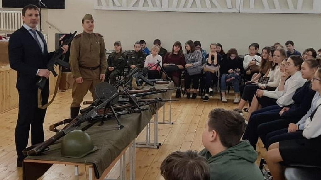 В «Единой России» объяснили, зачем их депутат ходит по школам с оружием и рассказывает о войне с Турцией