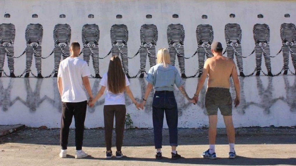 В центре Екатеринбурга появился арт-объект о несвободе человека в обществе. Фото
