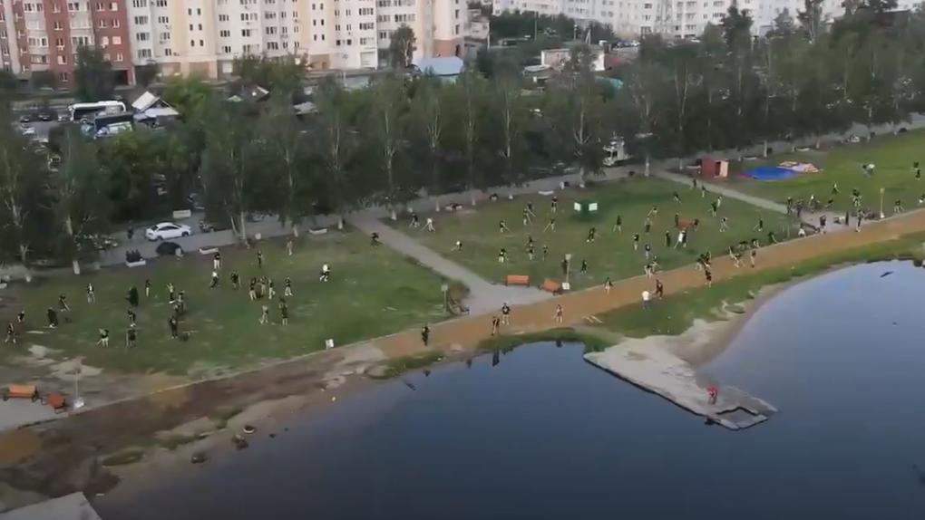 Сотрудники «Сима-ленда» ночью благоустроили пляж Верх-Исетского пруда. Видео