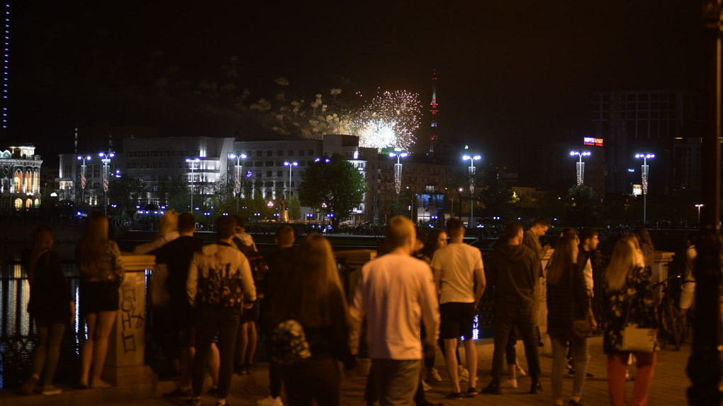 «Ветераны рисковали больше». Мэр Екатеринбурга объяснил, почему не отменил авиапарад и салют на 9 Мая