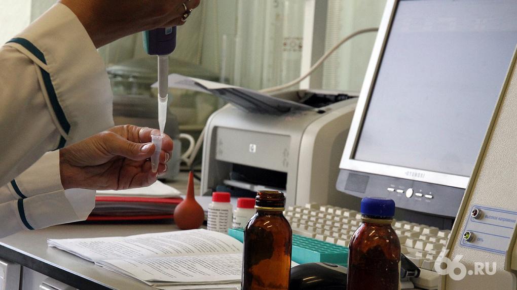 Врачам свердловской больницы начали сокращать зарплаты на фоне борьбы с коронавирусом