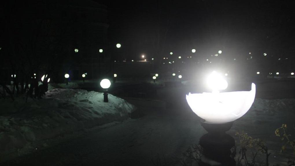 Через полторы недели после открытия в сквере за Оперным театром перебили часть фонарей