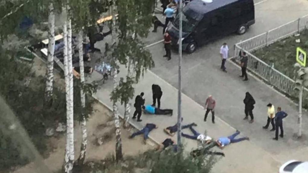 Силовики задержали больше десяти человек во дворе дома в Краснолесье. Подробности