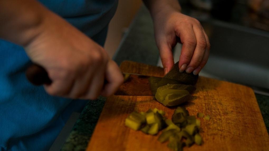 Самые опасные блюда на новогоднем столе. Список инфекций, советы по выживанию