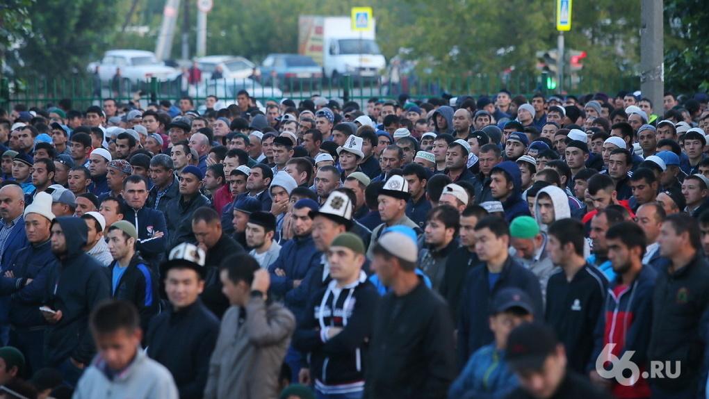 Мусульман попросили отпраздновать Курбан-байрам дома. Но в молельных домах все равно ждут сотни людей