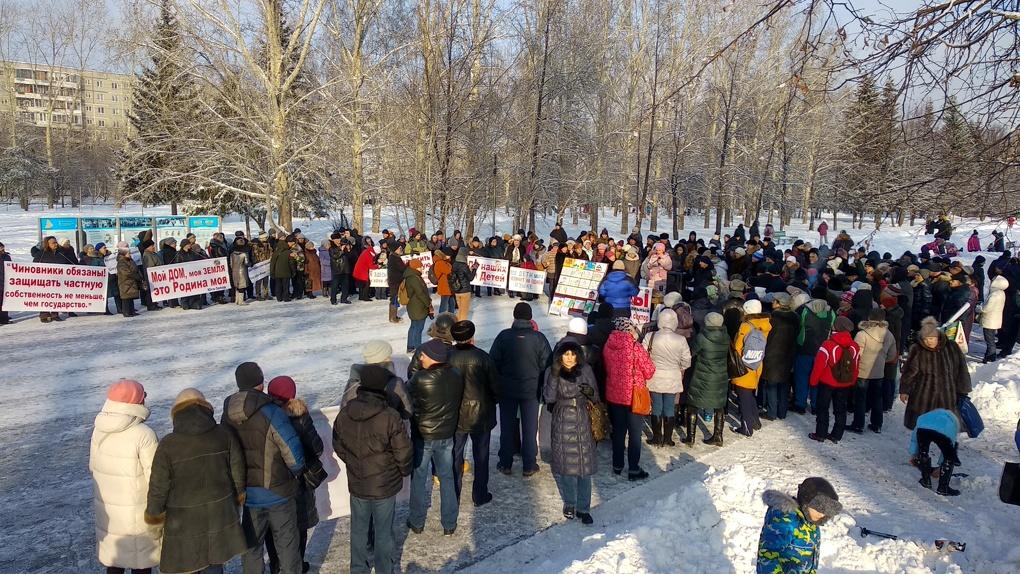 «Хочу жить в своем доме». Жители цыганского поселка вышли на митинг против сноса коттеджей