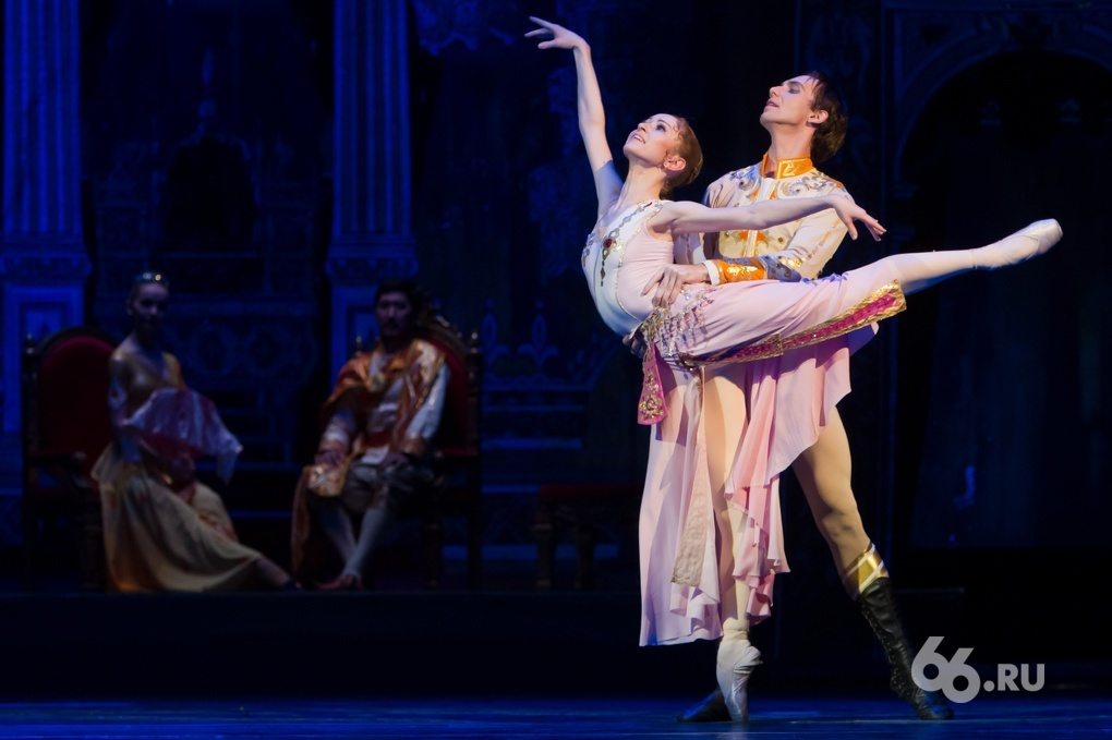 Балерины-лебеди в пачках и без. Снимаем за кулисами театра