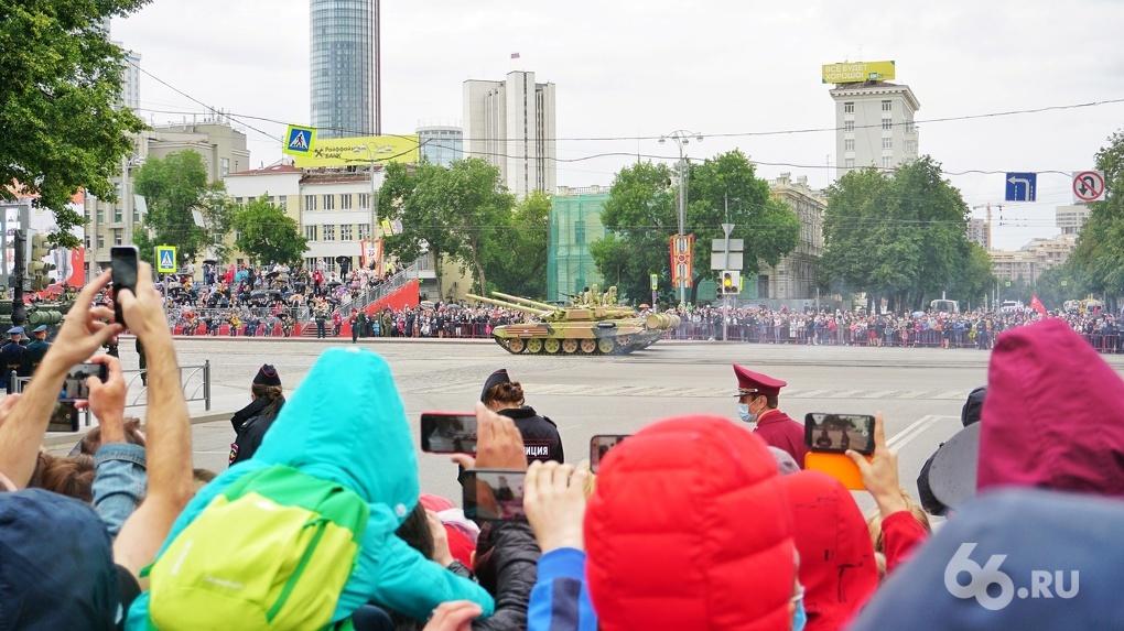 Смотреть парад Победы пришли толпы людей. План по «разделению потоков» провалился