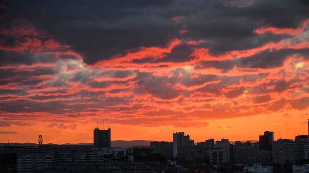 Небо над Екатеринбургом стало кроваво-красным. Завораживающие ФОТО