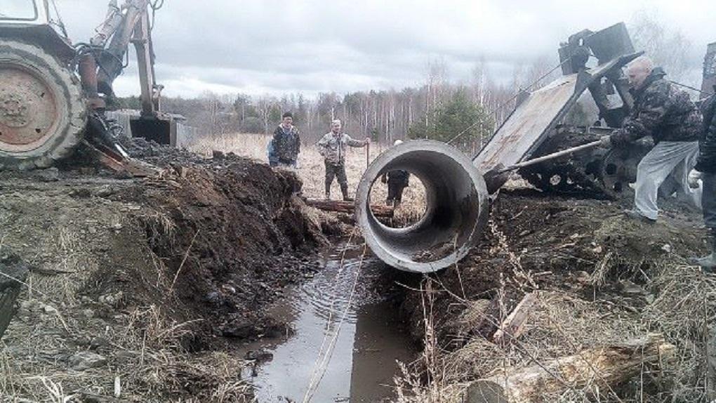 В поселке под Екатеринбургом крепкие мужики без помощи властей отремонтировали размытую дорогу. Фото