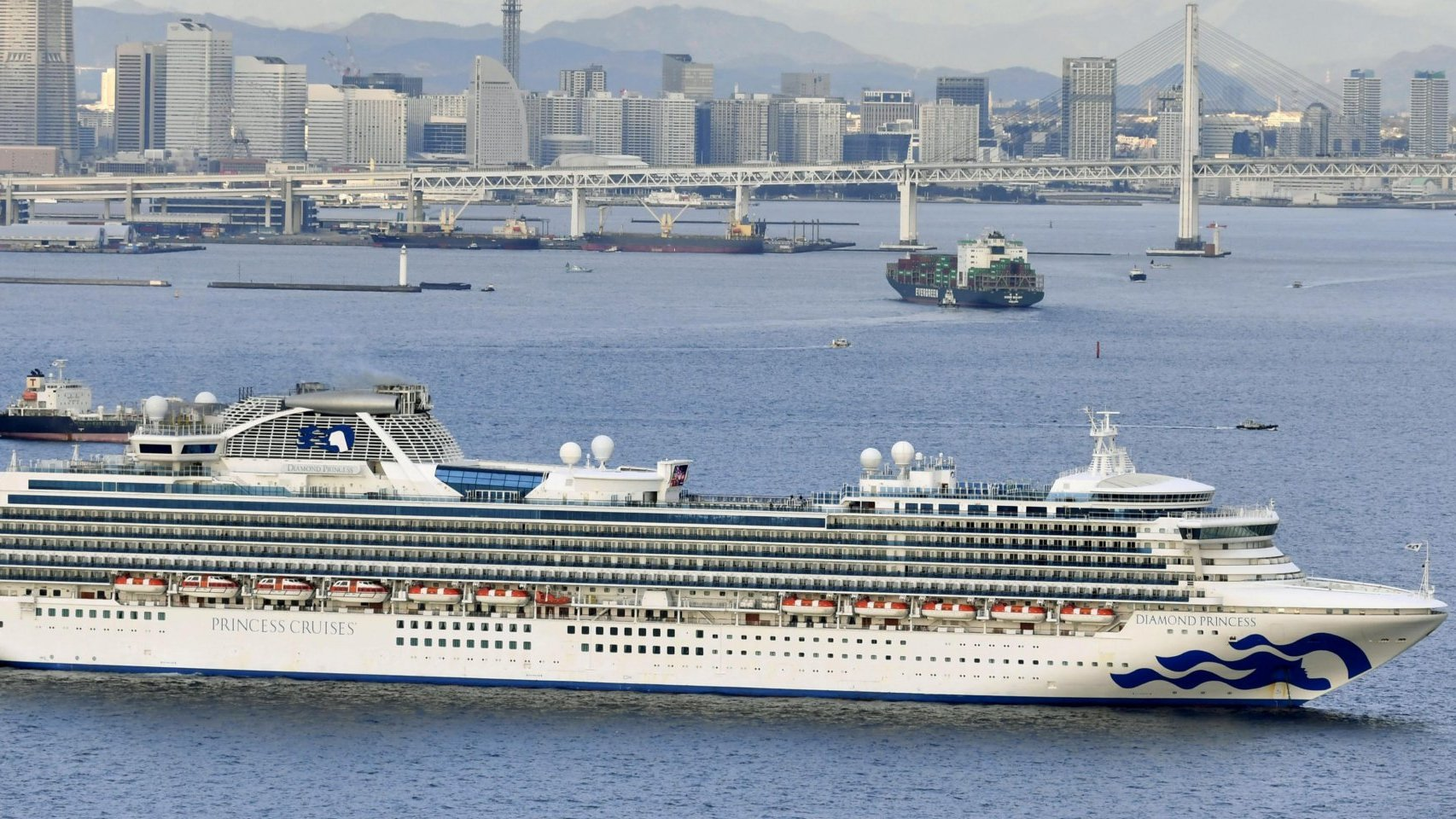 4000 человек застряли на круизном лайнере из-за коронавируса. Как устроен карантин в море