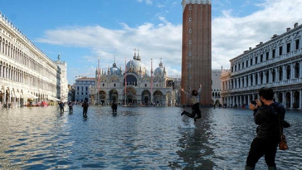 Венецию затопило, но туристам все равно. Фоторепортаж из ушедшего под воду города