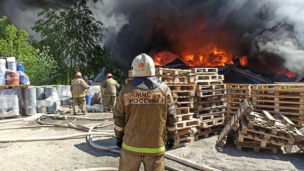 На Эльмаше крупный пожар. Фото