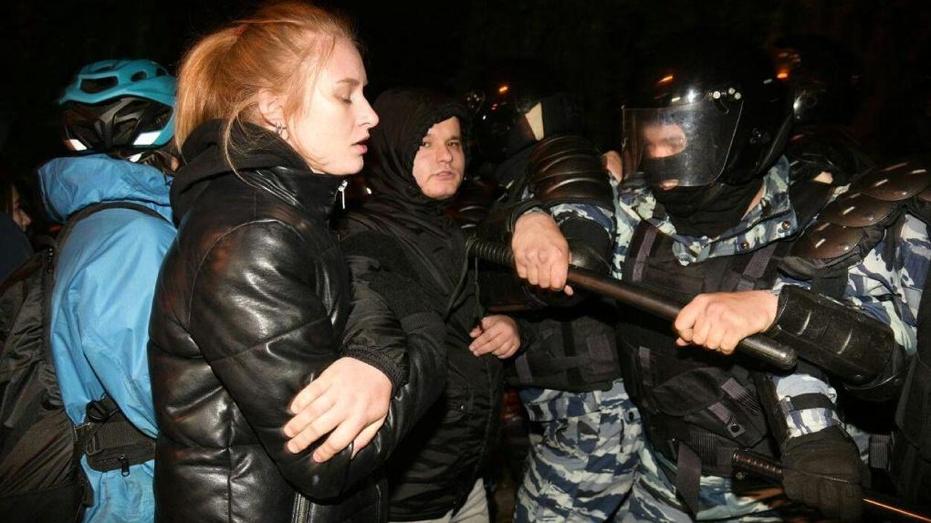 Суд начал арестовывать участников массовых протестов в сквере на Драме
