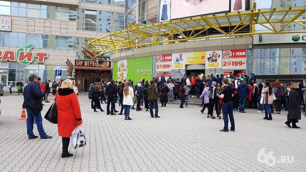 Посетителей торгового центра «Мегаполис» срочно эвакуировали из здания