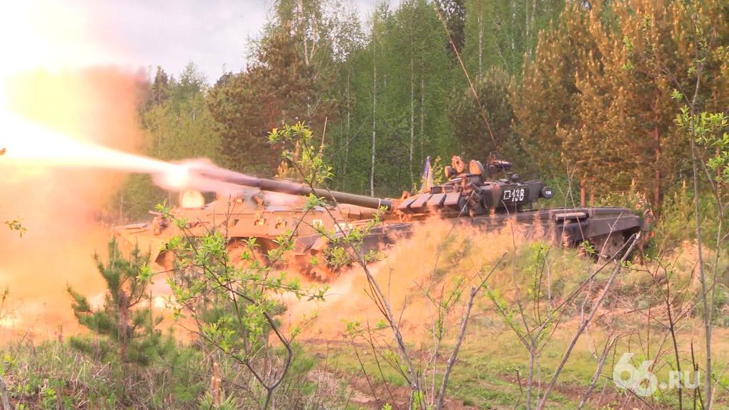 Юнармейцы и суворовцы наперегонки сдают армейские нормативы под автоматным огнем. ВИДЕО