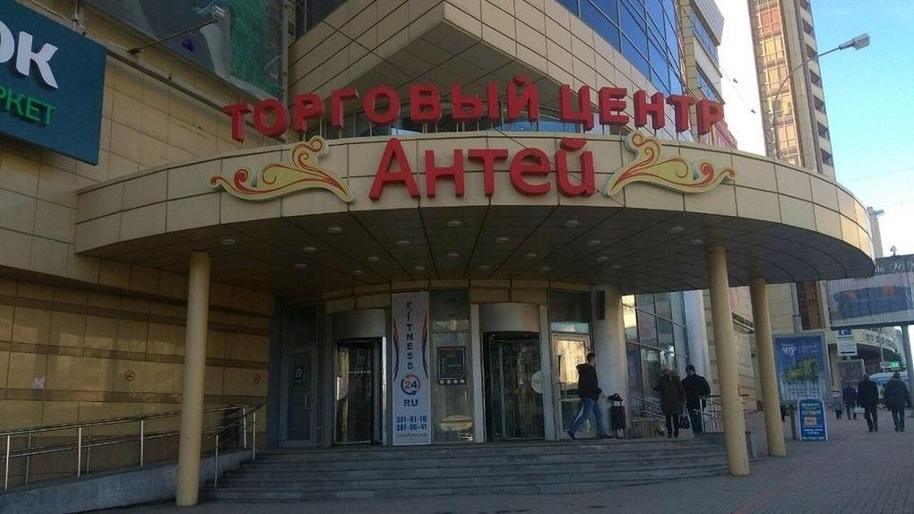 В центре Екатеринбурга толпа мужчин избила проходивших мимо девушку и парня