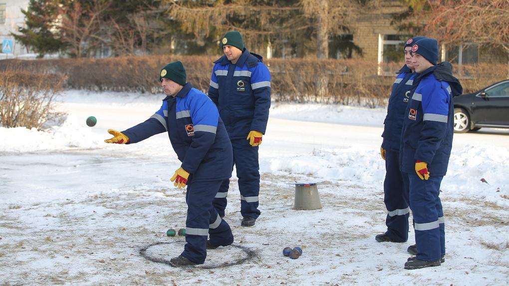 «Сначала шары кувалдой били, потом в снег стали швырять»: уральские металлурги придумали новую игру