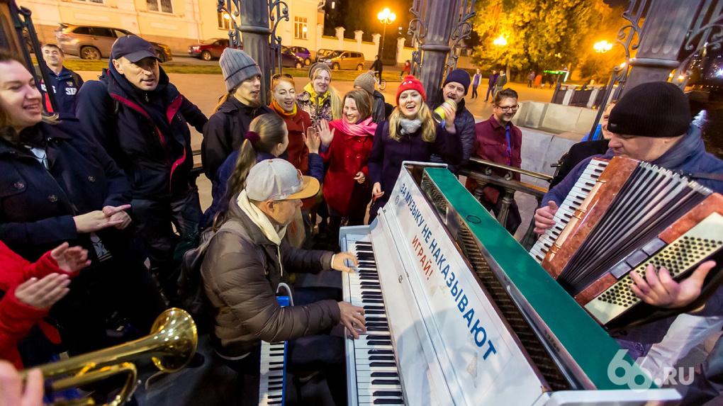 У пианино 66.RU на Плотинке появился фан-клуб, группы в соцсетях, чат и новое помещение на зиму