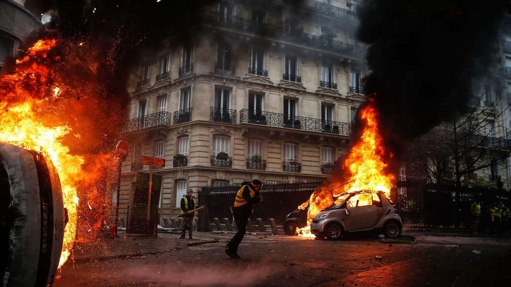 Протесты во Франции перерастают в чрезвычайное положение. Хроника бунта
