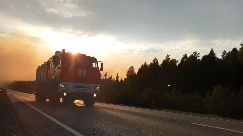У трассы Екатеринбург – Пермь бушует лесной пожар, людей эвакуируют. Фото, видео