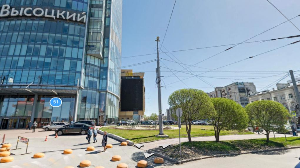Управление госохраны взяло под защиту газон у «Высоцкого». По документам он — памятник архитектуры