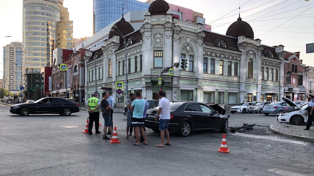В центре города автомобиль после ДТП отлетел в толпу пешеходов