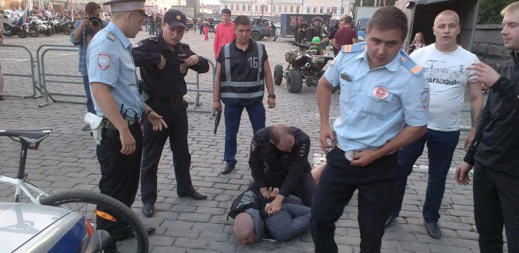 В центре Екатеринбурга сотрудники ГИБДД скрутили велосипедиста за проезд по пешеходному переходу