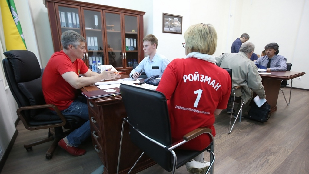 Кто и зачем пришел на последний прием мэра Евгения Ройзмана. Репортаж 66.RU