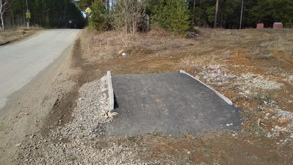 В Реже построили самый бесполезный тротуар. Просто посмотрите на него