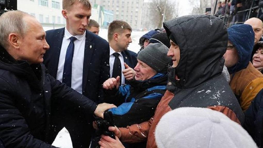 Он просто ехал мимо и остановился пожать руки. Схема «спонтанного» общения Владимира Путина с народом