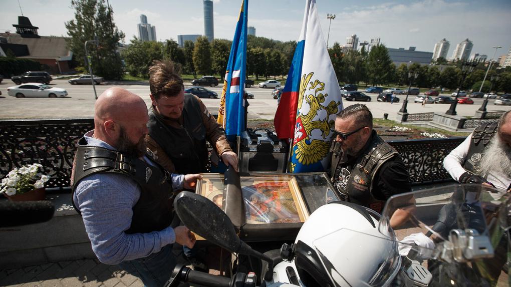 Православные байкеры привезли в Екатеринбург икону, «прошедшую» в пандемию через несколько регионов. Фото