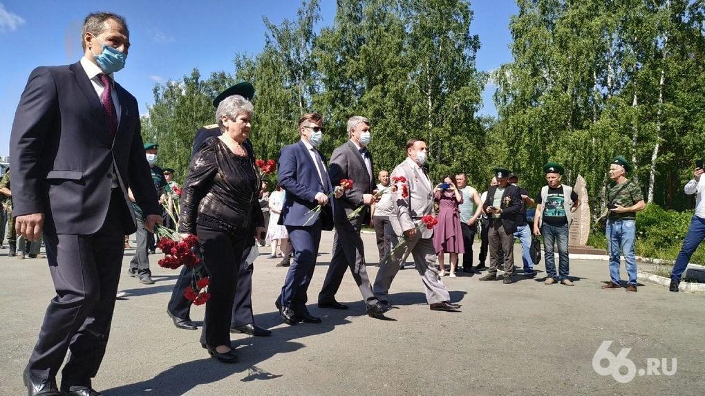 В ЦПКиО массово отмечают День пограничника, вопреки просьбам и запретам. Фоторепортаж