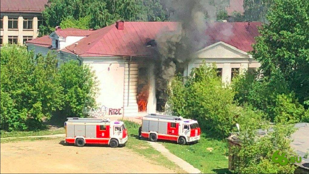 На ВИЗе сносят школу, которую передумали реконструировать после серии пожаров из-за бездомных