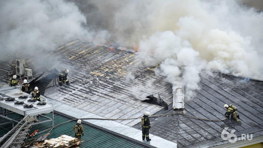 В центре Екатеринбурга горел хлебокомбинат «СМАК». У здания частично обрушилась кровля