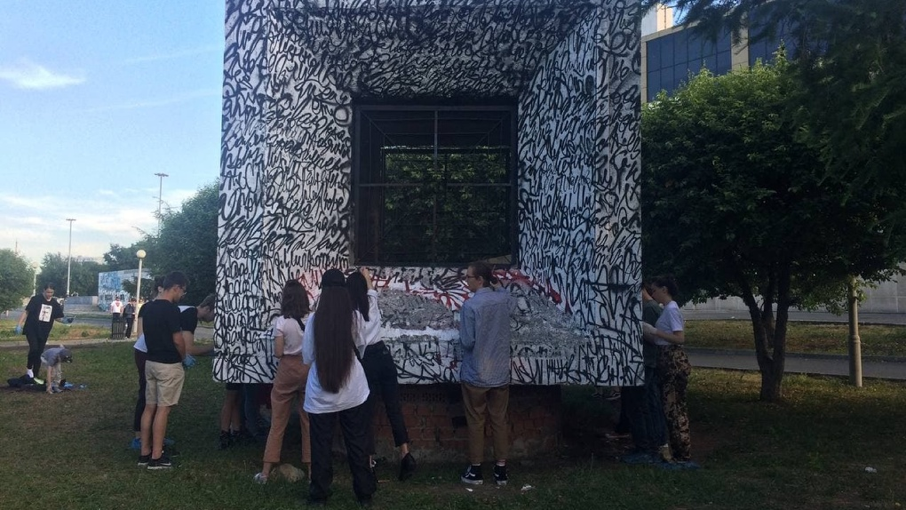 Поклонники творчества Покраса Лампаса восстановили его работу в сквере у Драмтеатра. Фото