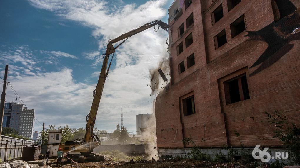 Здание гостиницы «Дели» начали сносить. Фото