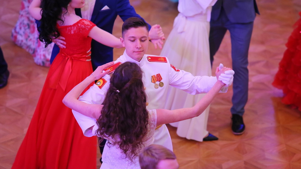 Танцы по три часа в день и уроки этикета. Как школьную элиту готовят к Императорскому балу