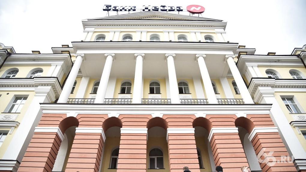Клиенты с утра штурмуют офис банка «Нейва». Фоторепортаж
