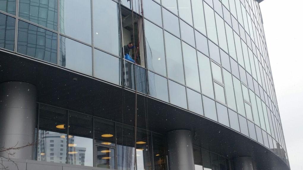 В Ельцин Центре неудачно заменили огромный кусок стекла. Просто оцените последствия