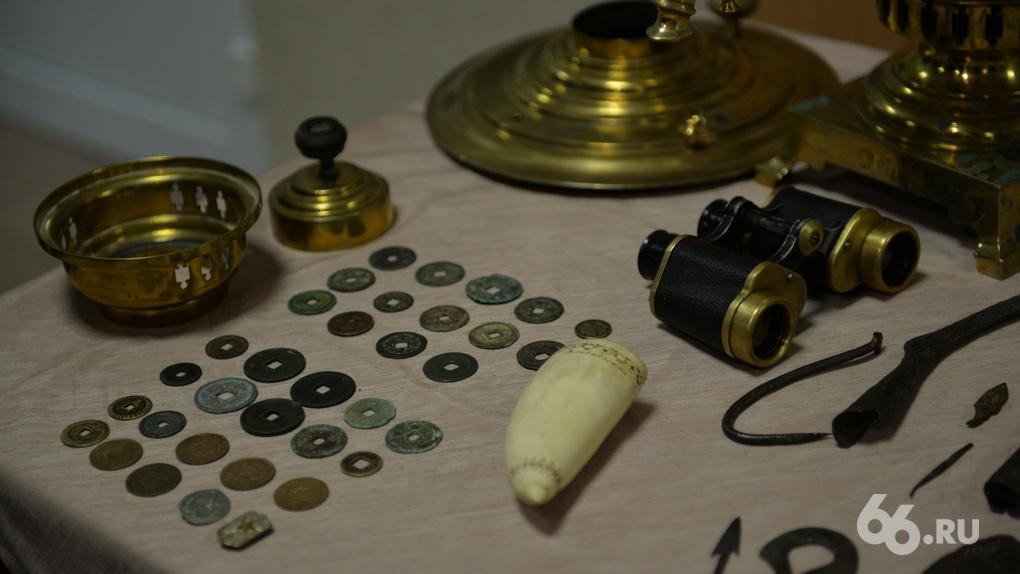 В Кольцово таможенники отняли у контрабандиста сокровища из разграбленного святилища кочевых татар. Фото