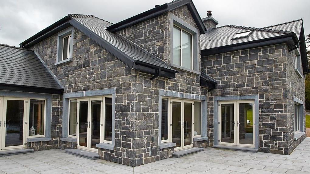 Достоинства и нюансы отделки дома натуральным камнем