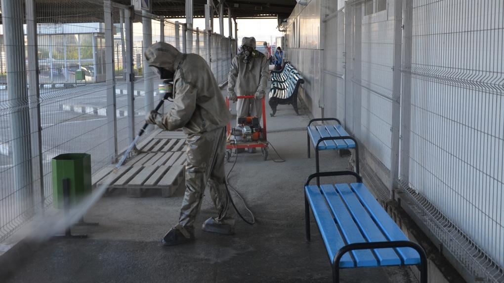 Спасатели продезинфицировали пустой автовокзал в Екатеринбурге. Атмосферный фоторепортаж