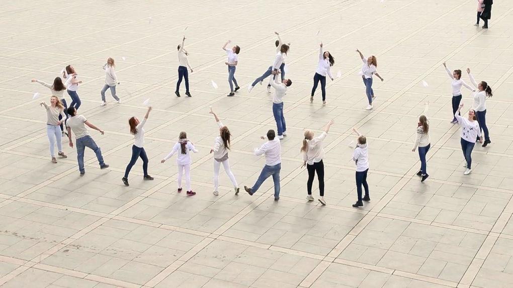 На Плотинке танцоры устроили флешмоб с самолетиками. Видео